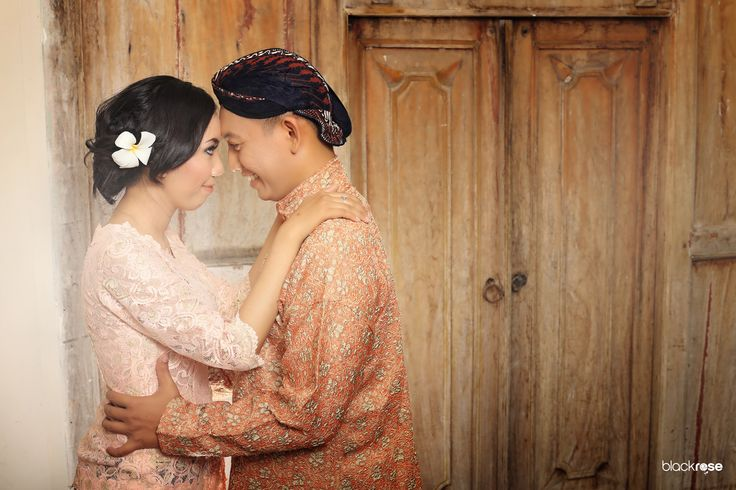 Yoan & Adit  #prewedding #couple #beforemarriage #java #indonesian #joglo #pendhapa #kabaya #surdjan #blangkon #jarit #peach #antique #light #blackrosepictures #blackroseconcept
