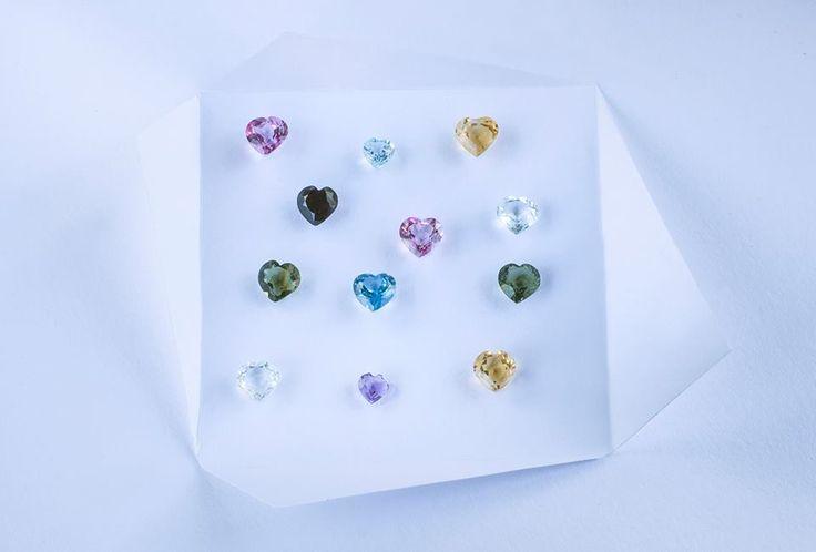 Vyberte pro své drahé šperk s drahokamem, který vyjadřuje jejich osobnost. V klenotnictví KLENOTA najdete drahé kameny od diamantu až po vltavín, stačí si jen vybrat.