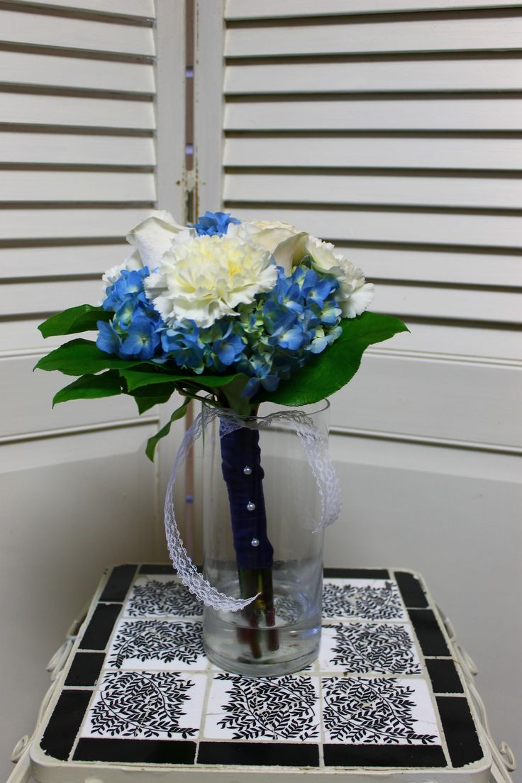 This blue and white bouquet is so pretty!