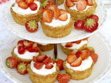 Cakes made ​​from oats and elderflower cream