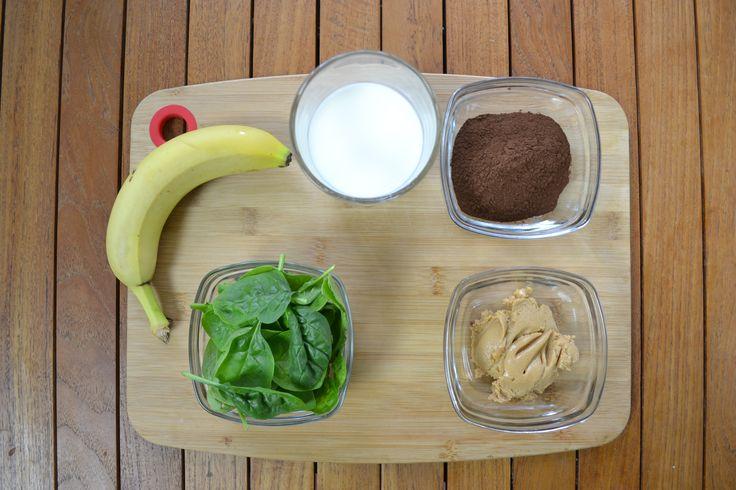 Los ingredientes son: leche, espinacas, plátano, mantequilla de cacahuete y cacao en polvo.