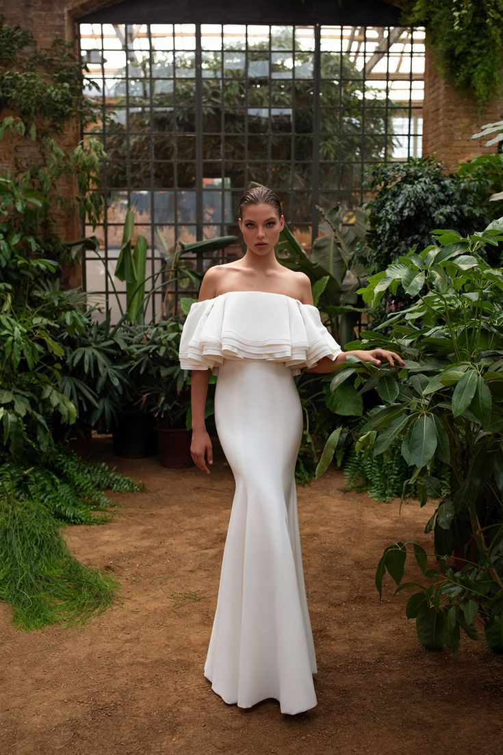 This Royal Inspired Zac Posen S New Bridal Collection With White One Bridal Style Wedding Dresses Bridal [ jpg ]