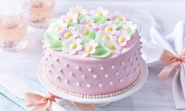 Tort zmasą cukrową imargaretkami