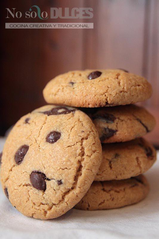 Unas galletas de mantequilla de cacahuete y chocolate blanditas que están demasiado buenas. Te sorprenderán, como a todo el que las ha probado.