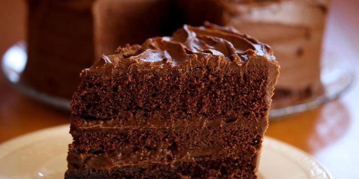 Amerikansk sjokoladekake - Chocolate Fudge Cake - Her har du en fantastisk god sjokoladekake! Som amerikanske kaker flest, er denne sjokoladekaken skikkelig stor, og den er fylt masse digg sjokoladekrem!