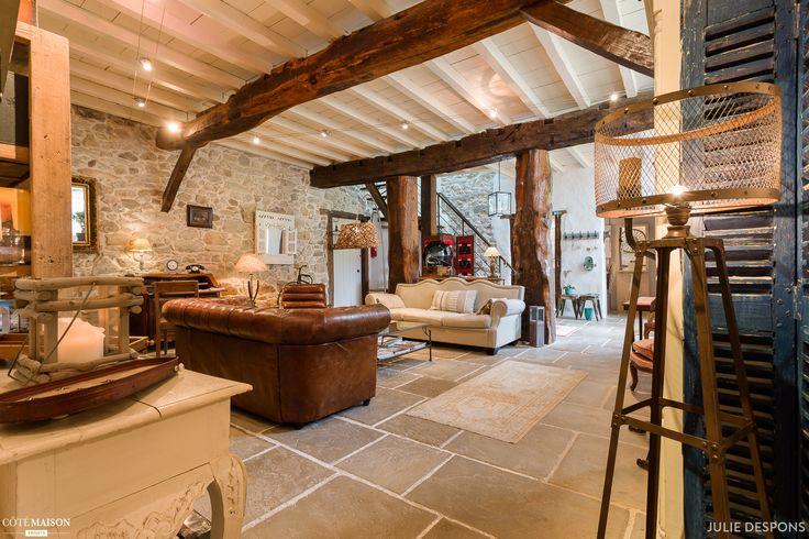 Une ferme du 17ième siècle entièrement rénovée où le charme des pierres et poutres d'antan se mélange au mobilier contemporain et à une ambiance zen ....