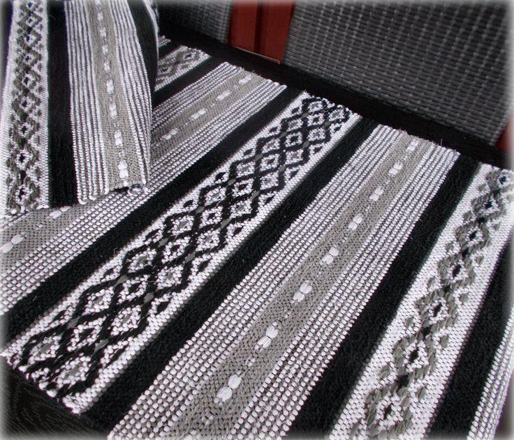 Och jag har klätt vävstolen med svart mattvarp och solvat i rosengång fantasi. Den här mattan har jag vävt på best...