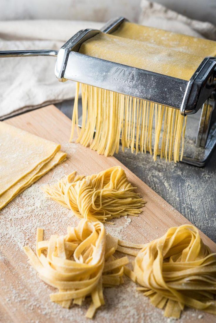 Itse tehty pasta on parasta, mutta se vaatii aikaa ja kärsivällisyyttä. Tällä ohjeella valmistuu kauniin keltainen ja helposti käsiteltävä taikina.