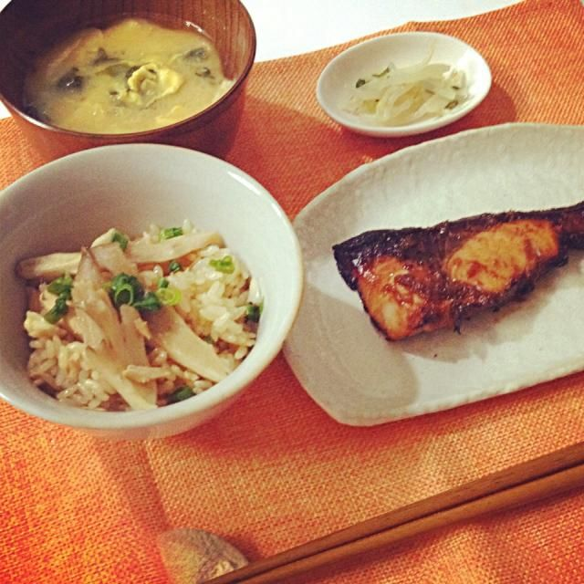 お魚苦手なのですが。。祖母から直伝のレシピのブリ照りだけは好きです! - 7件のもぐもぐ - 舞茸の炊き込みご飯、ブリの照り焼き、もやしのナムル、お味噌汁 by Akane♡