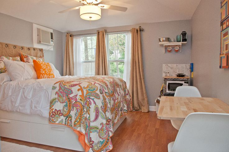 Airbnb: Cozy South Congress Guest House in Austin Ben & Nadja: Definitely cozy, no kitchen but looks like a nice place in a fun neighborhood for a great price.  Sleeps 2