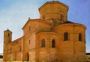 A arquitetura bizantina possui inspiração helenística e orientalista. Suas basílicas são célebres pelas linhas curvas, a exemplo da Igreja de Santa Sofia, em Constantinopla (atual Istambul).