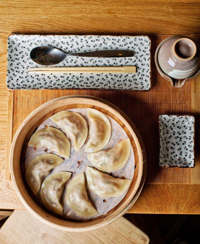 Le mandou est un ravioli coréen, la spécialité du Mandoobar, à Paris (8e).