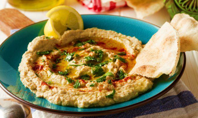 Fă un baba ganoush (salată de vinete orientală cremoasă și aromată) după cea mai simplă și rapidă rețetă. Aperitivul ideal - ieftin, rapid și super gustos!