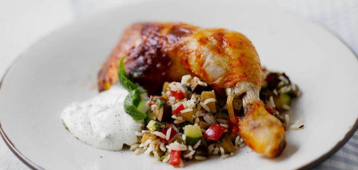 Laita koipireidet uunivuokaan ja paista 200-asteisessa uunissa kypsiksi, 40-45 minuuttia. Voit myös grillata koipireidet. Keitä riisi suolalla maustetussa vedessä kypsäksi. Valuta riisi lävikössä. Kuutioi vihannekset ja kuumenna oliiviöljy isossa paistinpannussa tai wokissa. Kuullota vihanneskuutiot pehmeiksi ja mausta basilikalla, suolalla ja mustapippurilla. Sekoita vihannesten joukkoon valutettu riisi ja kuumenna. Tarjoa broilerin koipien kanssa vihannesriisiä ja tsatsikia.