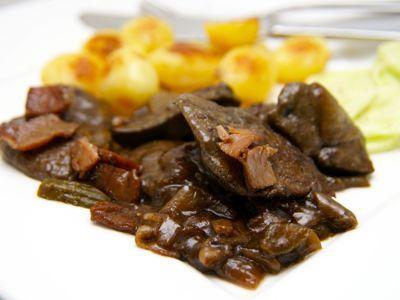 <p>Dit varkenslever gerecht kun je als lunch serveren geef er dan wat bruin brood bij, serveer je het als hoofdgerecht dan is het heerlijk met aardappelpuree of gebakken nieuwe krieltjes en een salade.</p>__