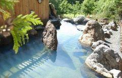 北海道阿寒湖温泉の宿ホテル阿寒湖荘の露天風呂は角度や光の加減でエメラルドグリーンに見える素敵な温泉です 源泉かけ流しなので泉質も良好 夕食に出た十勝牛のステーキが美味しかったですよ()/  tags[北海道]