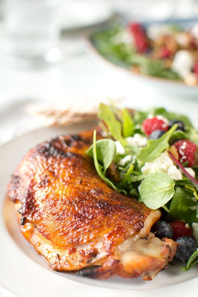 … Fast godare, förstås! Förutom att grillad kyckling i affären kan vara en frodig bakterieodling så här års så kan den innehålla annat skit, som smakförstärkare och annat. Att göra egen grillad kyckling är inte svårt, du kan anpassa smaken efter behag och så vet du vad det är i den. Kyckling i bitar grillas …