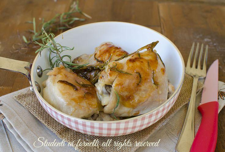 Il pollo alla birra è un secondo piatto semplice, veloce e gustosissimo. La cottura nella birra rende il pollo croccante fuori e tenero all'interno.