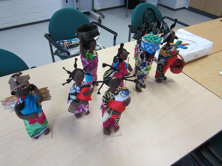 Opiskelijan tekemiä nukkeja