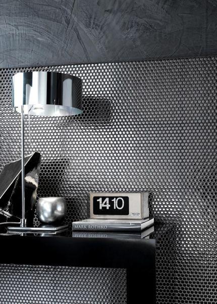 Abbinamento pailletes grigie + muro gres effetto cemento + pavimento marmo bianco con striature nere