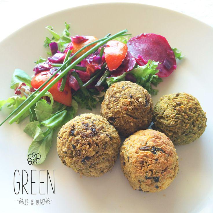 Great hot summer days meal option! #veganballs #greenfoodpt - Mix de Almondegas Veganas com salada orgânica. Tofu + Soja + Cogumelos; Ervilhas; Grão de Bico + Cogumelos; Lentilhas Castanhas + Cogumelos. Todas levam Brócolos, Cenouras, e Aveia...etc. FEITAS AO FORNO!!