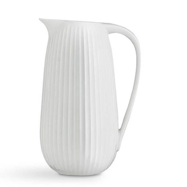 Deze royale schenkkan van Kähler Design heeft een inhoud van 1,25 liter. Eigenlijk is hij ontworpen om op een stijlvolle manier soep mee op te dienen. Een heerlijk warme soep als het buiten koud is - of een koude soep op een warme zomeravond. Maar je kunt deze kan natuurlijk ook gebruiken voor frisse karnemelk, warme chocomel of iets heel anders. En als vaas is hij ook prachtig! #keramiek #byJensen