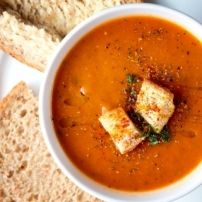 Pittige soep van courgette, paprika, ui en kippenbouillon.