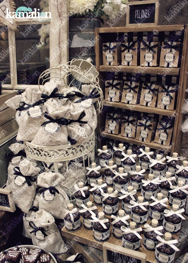 www.kamalion.com.mx - Mesa de Dulces / Candy Bar / Postres / Boda / Blanco y negro / Black & White / Rustic Decor / Dulces / Carreta / Lechero / Maletas / Reloj / Vintage / Cupcakes / Wedding / Birdcage / jaula.