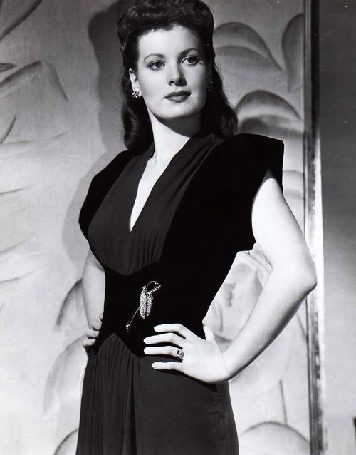American actress Maureen O'Hara looking poised and sharply stylish during the 40s. #vintage #1940s #movies