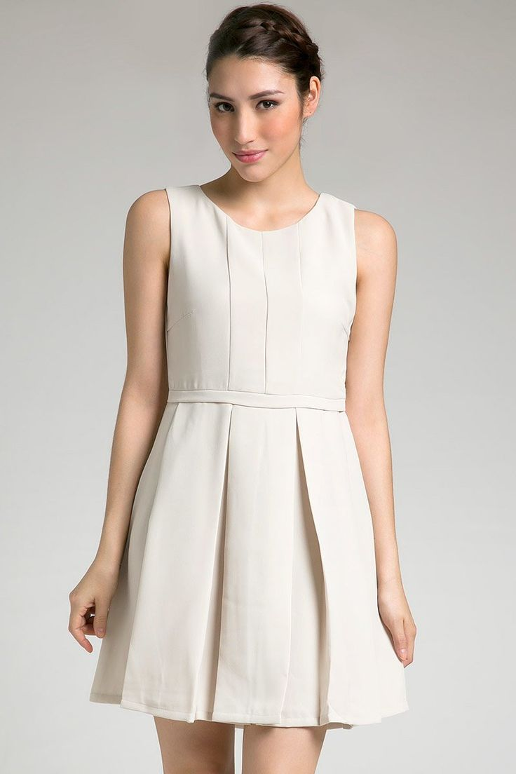 Felice Dress in white by Look Boutique. A simple dress with pleats on skirt. SImple yet stylish. Wear a necklace and complete your look with high heels. http://zocko.it/LDlKN