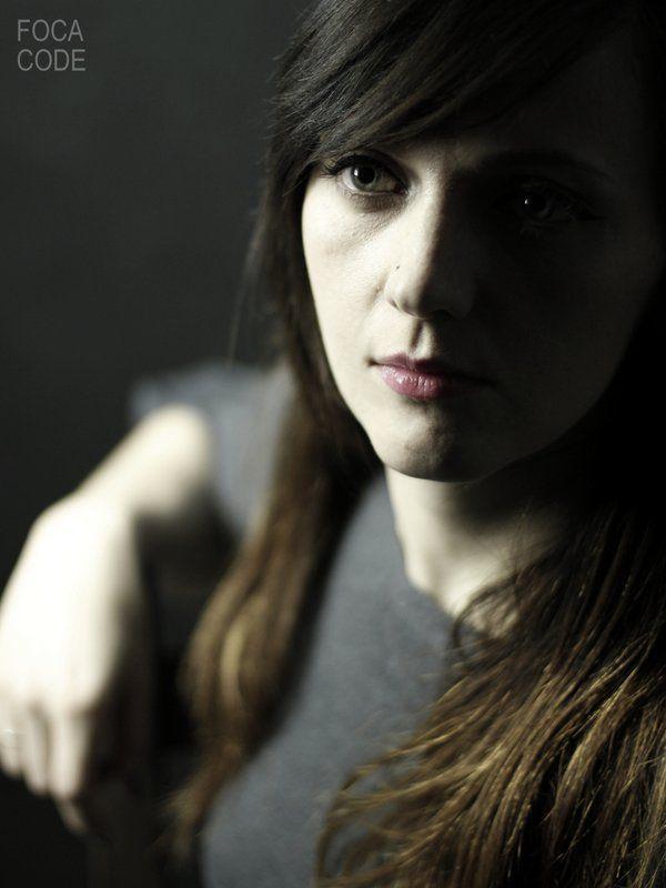 Wizerunek dziewczyny w półcieniach. A picture of a girl in a penumbra.