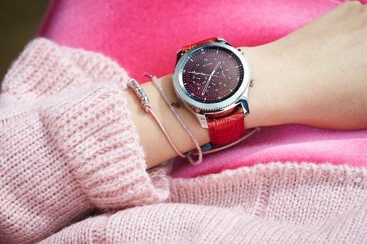 朋友都說我發財天天換手錶⌚沒啦其實我的 #GearS3 可隨時更換錶帶跟錶面呢!只要到 Samsung Gear App 下載不同錶面,工作跑趴隨時隨換💃🕺  不只好用還防水,瞭解更多看這邊➨https://goo.gl/gYKq1A