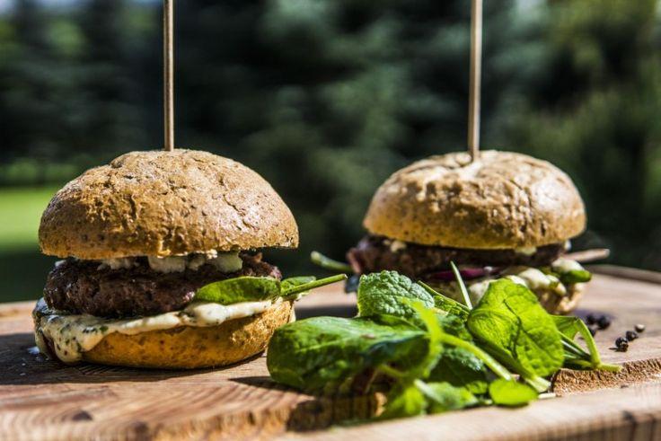Burgery wołowe z sosem miętowo-majonezowym, szpinakiem i serem feta - Grill360