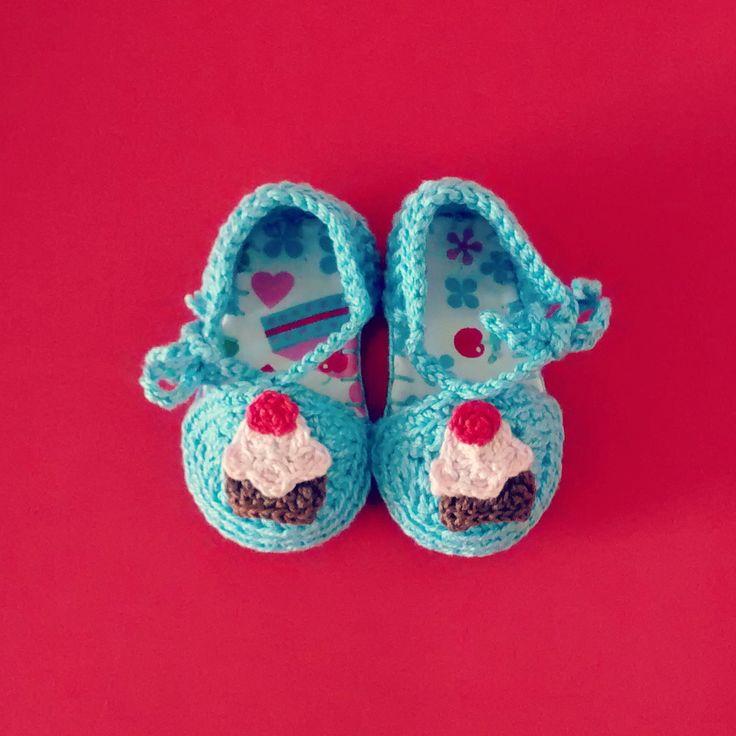 Sapatinho de crochê feito com linha 100% algodão. A diferença dos sapatinhos da Koki para os demais sapatos de crochê é o solado forrado de tecido de algodão e com estrutura interna de EVA, o que deixa o sapatinho mais estruturado. <br> <br>O sapatinho é tamanho 15 (o solado mede 9 cm), para bebês de 1 a 4 meses. <br> <br>PRODUTO FEITO À MÃO