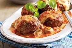 Ofenfrikadellen in Tomaten-Pilz-Sahne Rezept: Vortag,Zwiebeln,Knoblauchzehen,Champignons,Hack,Eier,Tomatenmark,Chili,Oregano,Öl,Tomaten,Schlagsahne,Zucker,Gouda
