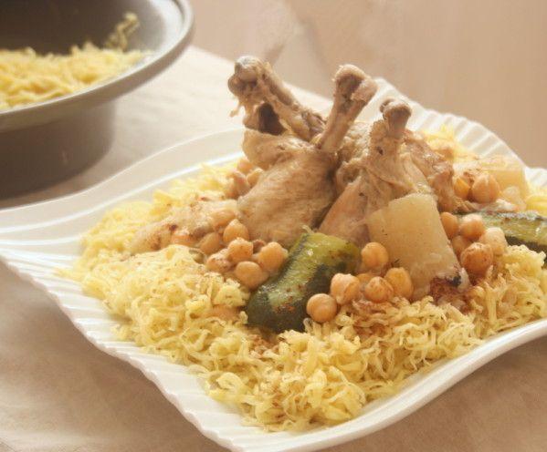 Rechta Algérienne un plat à base de pâtes nouilles fait maison de poulet cuit dans une sauce parfumée de cannelle