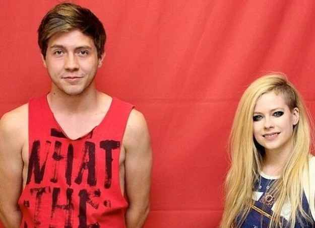 Seriously. Is she even famous enough for people to waste this much money or even WANT to touch her. Trashy. | Buzzfeed  8 Breathtakingly Awkward Pictures Of Avril Lavigne And Her Fans Fans apparently paid nearly $400 to attend a meet and greet with Ms. Lavigne in Brazil, but were told by security they couldn't touch or hug her.