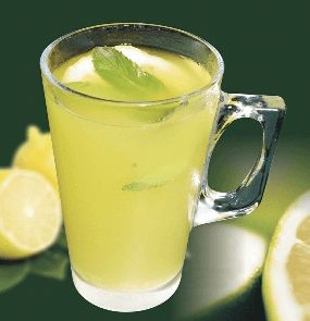 13 korzyści z picia ciepłej wody z cytryną