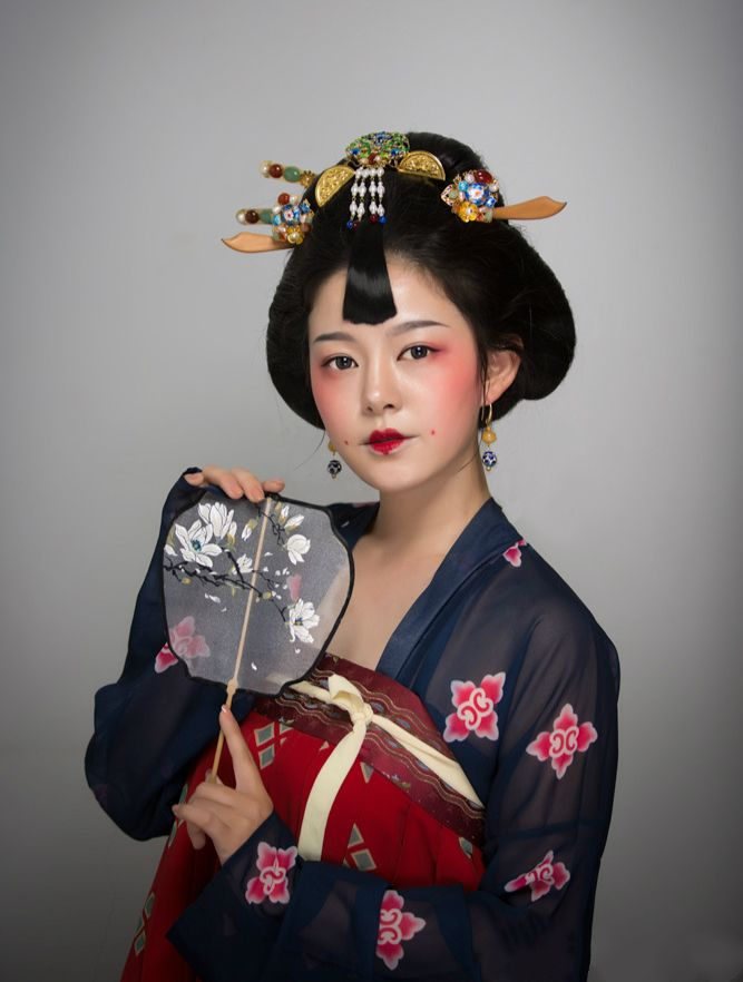 fuckyeahchinesefashion:  Traditional Chinese fashion || Tang dynasty style || Inspired by illustrator呀呀丫丫丫《花.女词》|| Model&Make-up仰望的花鼻子|| Photorealyn