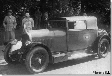 Avions Voisin C11 14CV Sulky. На заднем фоне можно лицезреть королеву Марию, жену короля Югославии. Королева Мария была чуть ли не единственной в мире королевской особой женского пола, которая умела управлять автомобилем.