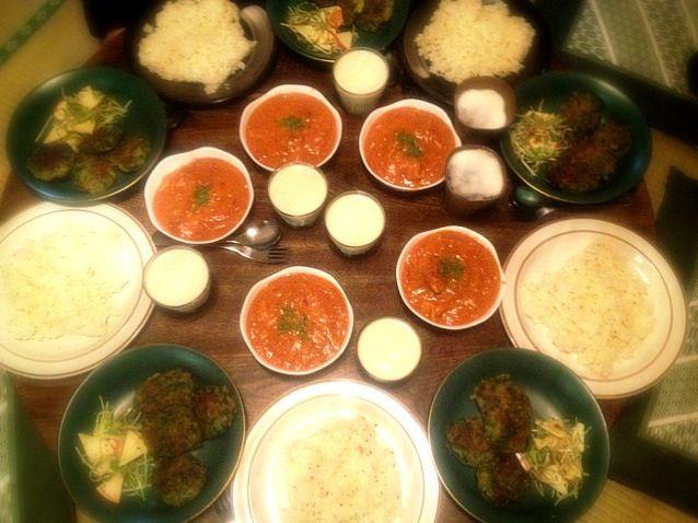 インド尽くしでいってみました。みんな喜んでくれました。 - 8件のもぐもぐ - チキンバターマサラとクミンライスとグリーンバーガーと水菜と林檎のサラダとバナナラッシー by toki69