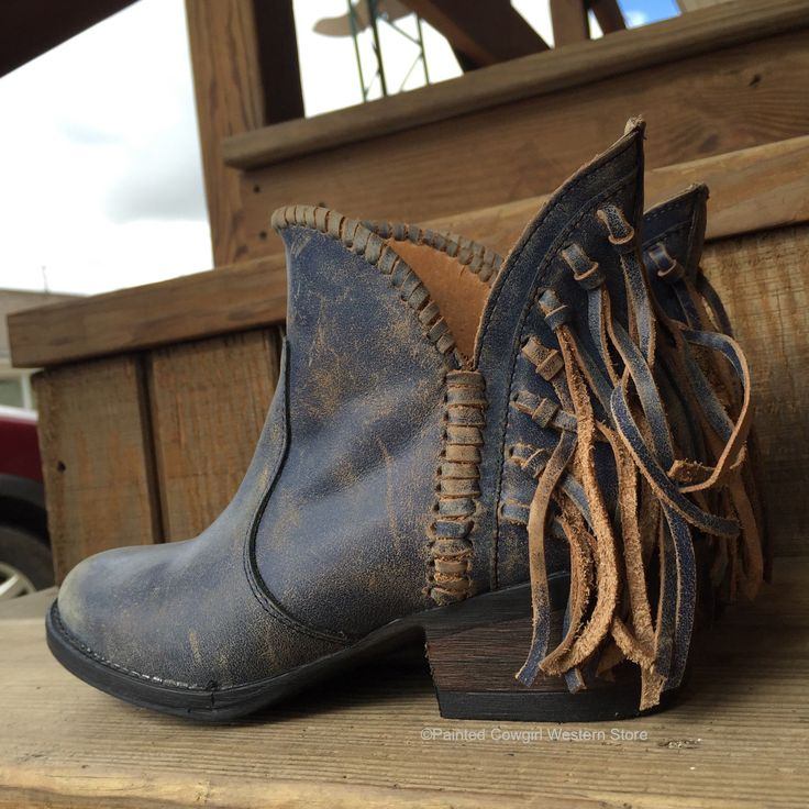 For the finest western cowboy boots, the brand to trust is Circle G Boots. These handcrafted boots are made with high quality exotic skins and leather by the most experienced craftsmen in Mexico. Thes
