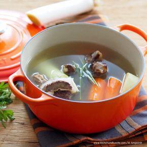 Klare Suppe aus Rinderknochen und Gemüse