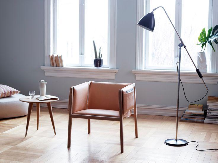 Nyhet i butikken vår er Saddle Chair fra norske Slåke. 100 % norsk design som er designet av det Oslo-baserte designkollektivet Angell, Wyller og Aarseth (Christoffer Angell, Øyvind Wyller og Simen Aarseth). De er alle utdannede designere fra Kunsthøyskolen i Oslo. Sammen arbeider de for å skape nye og intuitive former og funksjoner fra kjente-> Les mer og se flere bilder