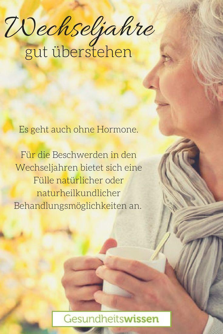 Frauen im mittleren Alter durchleben die Menopause, d.h. ihre Menstruation lässt zusehends nach. Dabei werden viele Frauen – nicht alle Frauen – von unangenehmen Symptomen begleitet. Die häufigsten sind Hitzewallungen, Schweißausbrüche, Reizbarkeit oder Konzentrationsstörungen. Oft nehmen Frauen in der Menopause dann Hormone zum Ausgleich. Doch es gibt auch den naturheilkundlichen Ansatz, denn auch in manchen Pflanzen finden sich Östrogene.