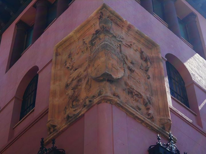 Blason en torre del Museo Diocesano