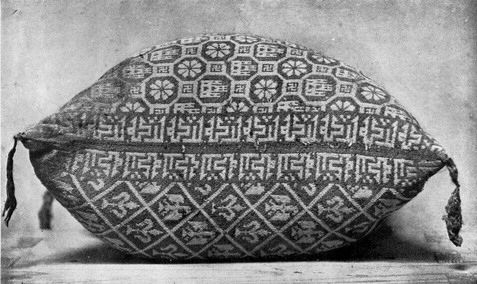 """Edges of knit cushion with """"baraka"""" = """"blessing"""" in Kufic Arabic script. Tomb of Infante Fernando de la Cerda c.1275, in Abbey of Santa María la Real de Las Huelgas, outside of Burgos, Spain. Most likely made by Mudéjar craftsmen. A Mudéjar is a Muslim of Al-Andalus who remained in Iberia after the Reconquista but did not convert to Christianity, unlike Moriscos who had converted."""