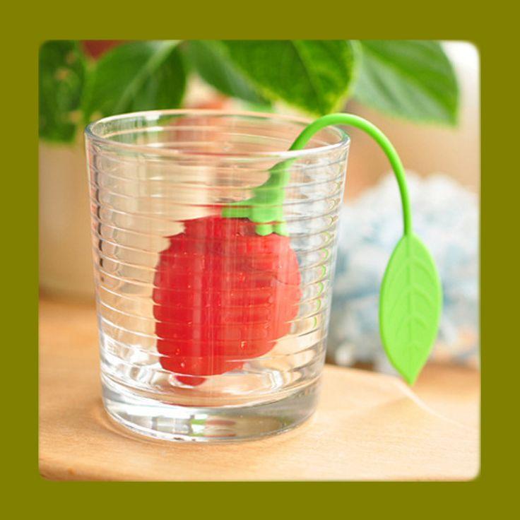 Čajítko JAHODA na sypaný čaj ve tvaru jahody je z nezávasného kuchynského silikonu, je odolné voči vysokým teplotám. Dá se využít také jako sítko na koření, které pak nemusíte v polévce či omáčce pracně hledat.  Tohle cedítko nepřejímá pachy ani chutě použitého koření či čaje. Jeho obsluha i údržba je velice snadná.