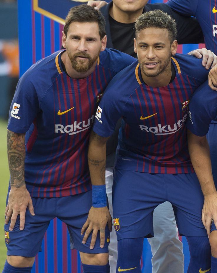 Lionel Messi (L) poses with Neymar before their International Champions Cup (ICC) match between Juventus FC and FC Barcelona at the Met Life Stadium in East Rutherford, New Jersey, on July 22, 2017. / AFP PHOTO / DON EMMERT