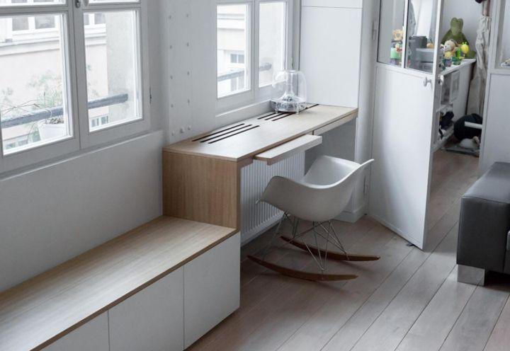Uno scorcio della zona studio, confinante con la camera da letto del piccolo di casa. La poltroncina a dondolo Eames è un modello cult di Vitra